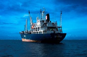 bateau sur mer bleue